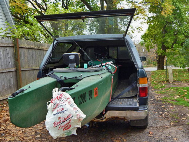 Motorized_fishing_kayak_in_pickup_truck_bed_CT