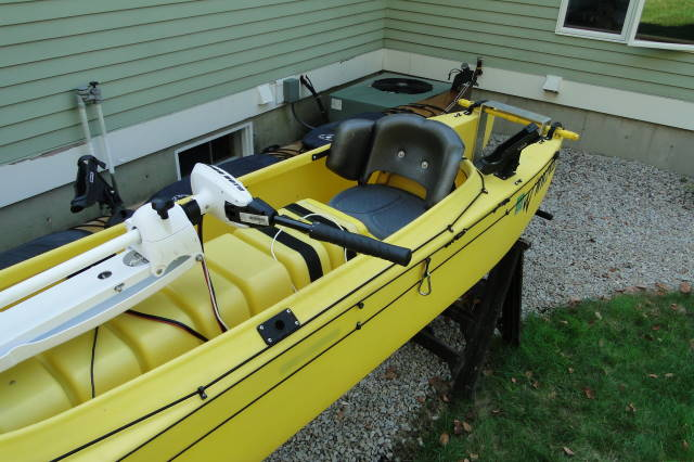 Electric_trolling_motor_mounted_on_fishing_kayak_NH_02